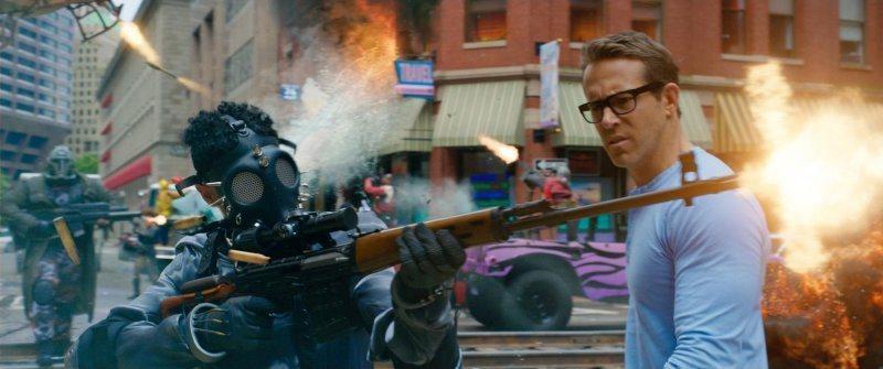 萊恩雷諾斯在《脫稿玩家》飾演住在遊戲世界的平凡銀行員蓋伊,每天固定看到一堆暴力電玩場景。圖/迪士尼提供