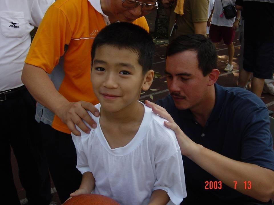 涂善存(右)小時候曾參加夏令營,留下偶像鄭志龍幫他簽名的合影。圖/Hit Fm聯...