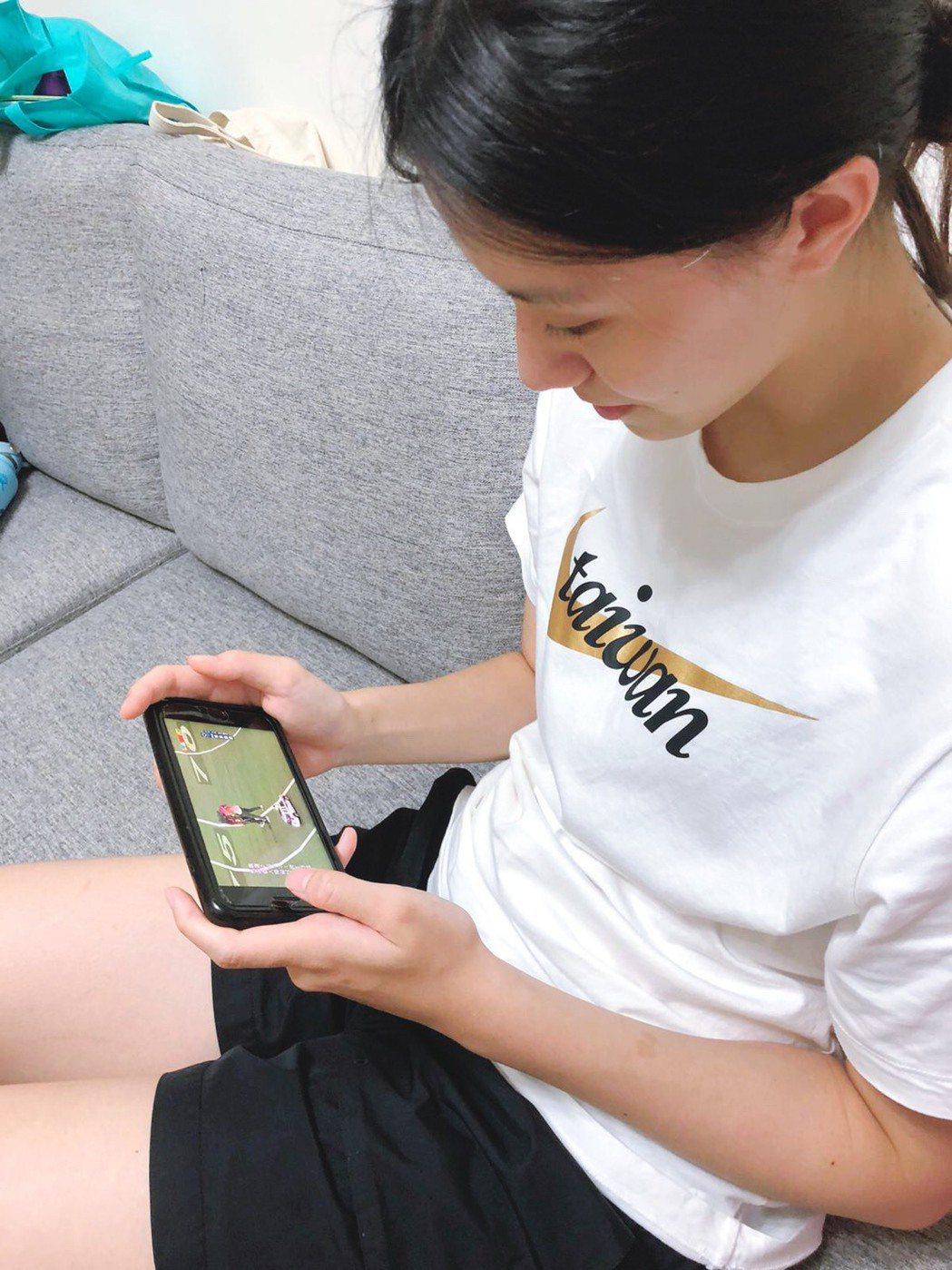 劉昕妤與隊員們為了不錯過任何比賽動態。圖/凱渥提供