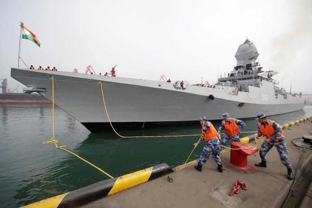 印度海軍的加爾各答級導彈驅逐艦2019年曾停靠大陸青島。路透