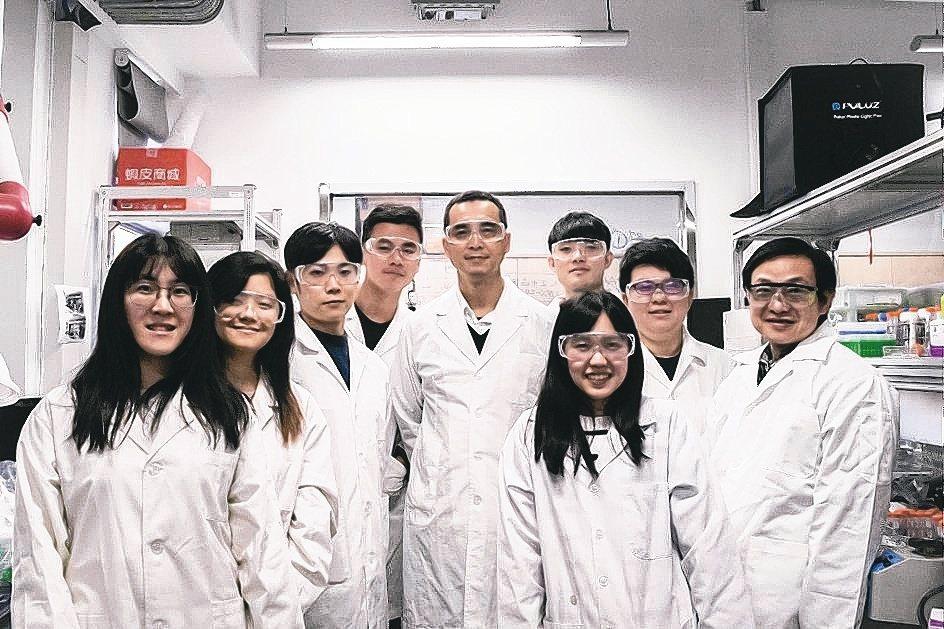 台大化工系教授陳賢燁(左五)帶領研發團隊開發「多功能之硬骨及軟骨組織修復裝置」,...