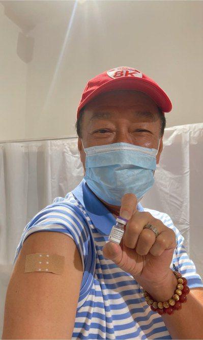 鴻海創辦人郭台銘打疫苗了!郭台銘今晚間於臉書上指出,他在捷克布拉格的第一個行程就...
