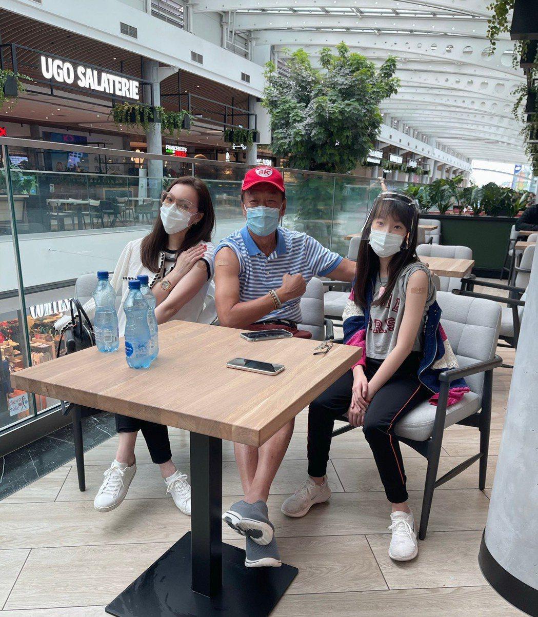 鴻海創辦人郭台銘(中)與家人在捷克的購物中心,一起打疫苗。郭台銘辦公室/提供