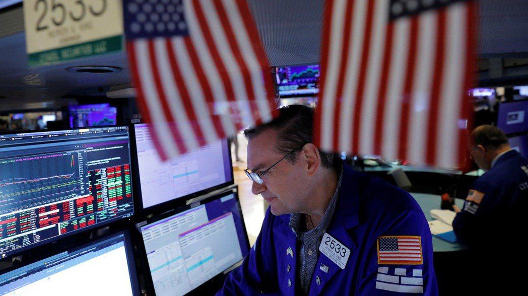 美股道瓊工業指數4日早盤小跌,因最新就業數據不如市場預期和新一波新冠疫情,都加劇...