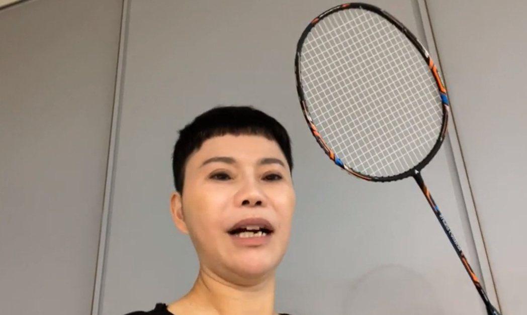 詹雅雯開心秀出自己的羽球拍,希望有機會和戴資穎打一局。圖/摘自臉書