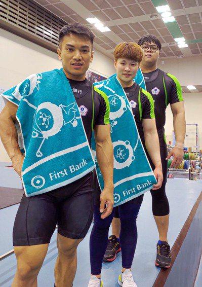 第一銀行舉重隊選手陳玟卉(中)、高展宏(左)及謝昀庭(右)前進東京奧運,實力堅強...