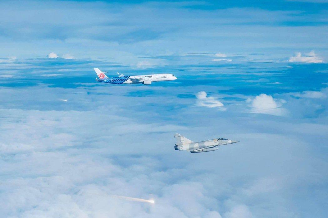 空軍今天派遣4架幻象戰機升空執行這項任務,另有兩架幻象戰機在地面待命。國防部今晚...