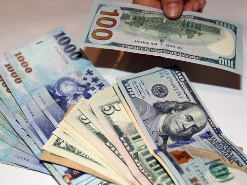 新台幣今年是亞洲最強貨幣,和人民幣成為維持對美元升值的「唯二」亞洲貨幣。(網路照...