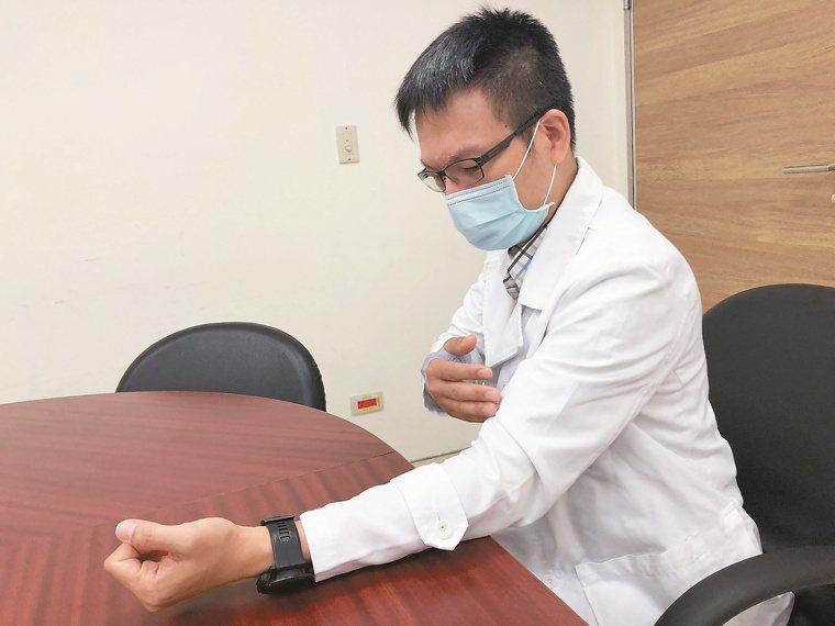 台大醫院心臟科主治醫師洪啟盛說,測量血壓時,應將左手放置在與心臟同高的平坦桌面。...