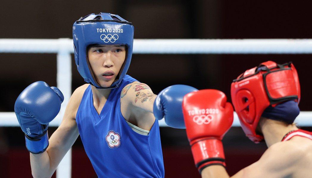 我國拳擊好手黃筱雯(左)昨天在東京奧運女子五十一公斤級四強戰不敵土耳其好手恰基羅...