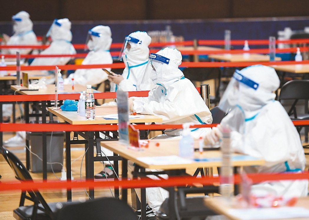 南京傳播鏈擴散17個省有確診病例,大陸半鎖國暫不簽發出入境證件 。圖為南京市進行...
