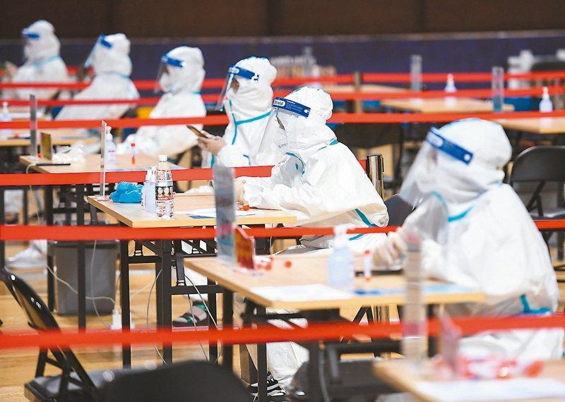 南京傳播鏈擴散17個省有確診病例,大陸半鎖國暫不簽發出入境證件 。圖為南京市進行全員核酸檢測的情形。(新華社)