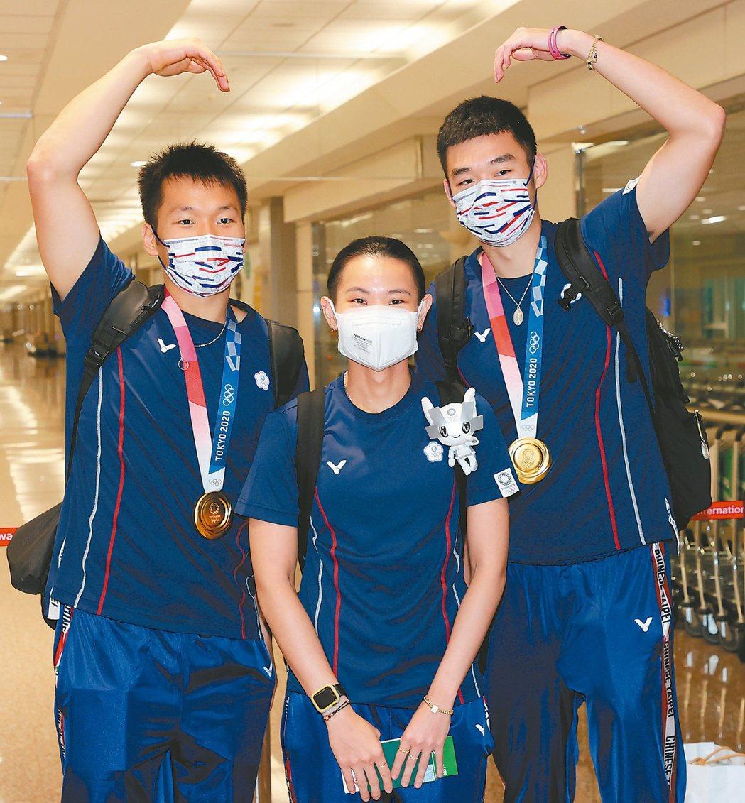 三位奪牌選手王齊麟(右起)、戴資穎、李洋合影。記者陳嘉寧/攝影