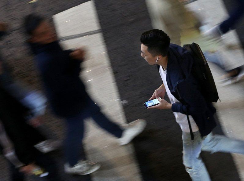 網路和社群軟體已是面對青少年憂鬱時不可忽略的風險因子。圖非當事人。圖/聯合報系資料照片