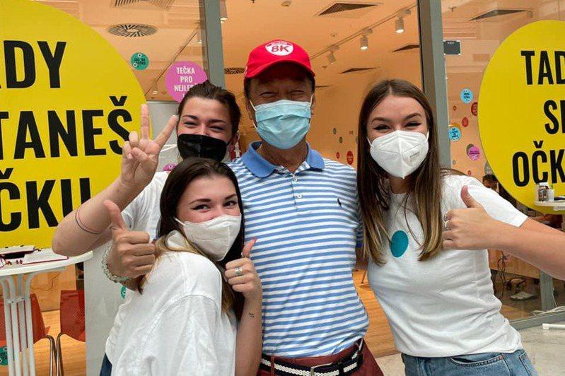 鴻海創辦人郭台銘(中)在捷克打疫苗,並展示二頭肌。郭台銘辦公室/提供