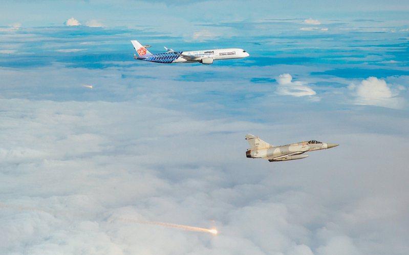 我國參加東奧的羽球隊昨天搭乘華航客機歸國,政府派出幻象戰機升空伴飛,還發射熱焰彈迎接。 圖/軍聞社提供