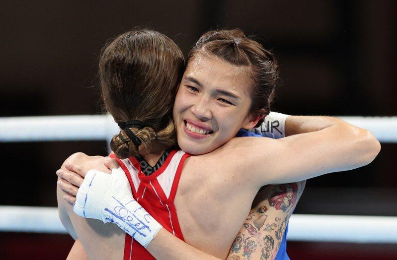 我國拳擊好手黃筱雯(右)昨天在東京奧運女子51公斤級四強戰不敵土耳其好手恰基羅格魯(Buse Naz Cakiroglu)(左),以銅牌作收,賽後兩人相擁致意。特派記者余承翰/東京攝影