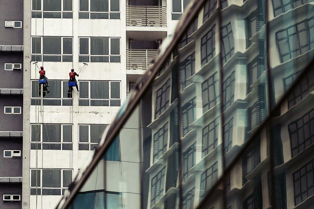 很多建築商僱用的是所謂的「散工」,由於身份的關係,這些人只能到工地打散工,按日薪...