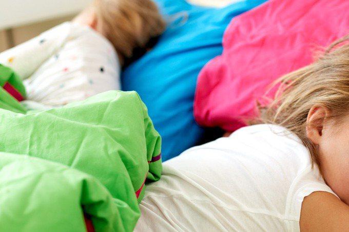 一名父親與2名未成年兒女,在家中睡一覺後身亡。示意圖。圖片來源/ingimage