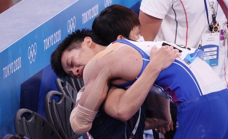 李智凱(右)在東奧鞍馬個人賽完成高難度「湯瑪斯迴旋」後,與教練林育信(左)相擁慶...