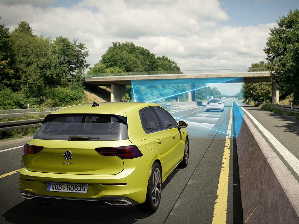 福斯Golf 230 eTSI智能特仕版除有主動式車道修正輔助系統、車道維持及偏...