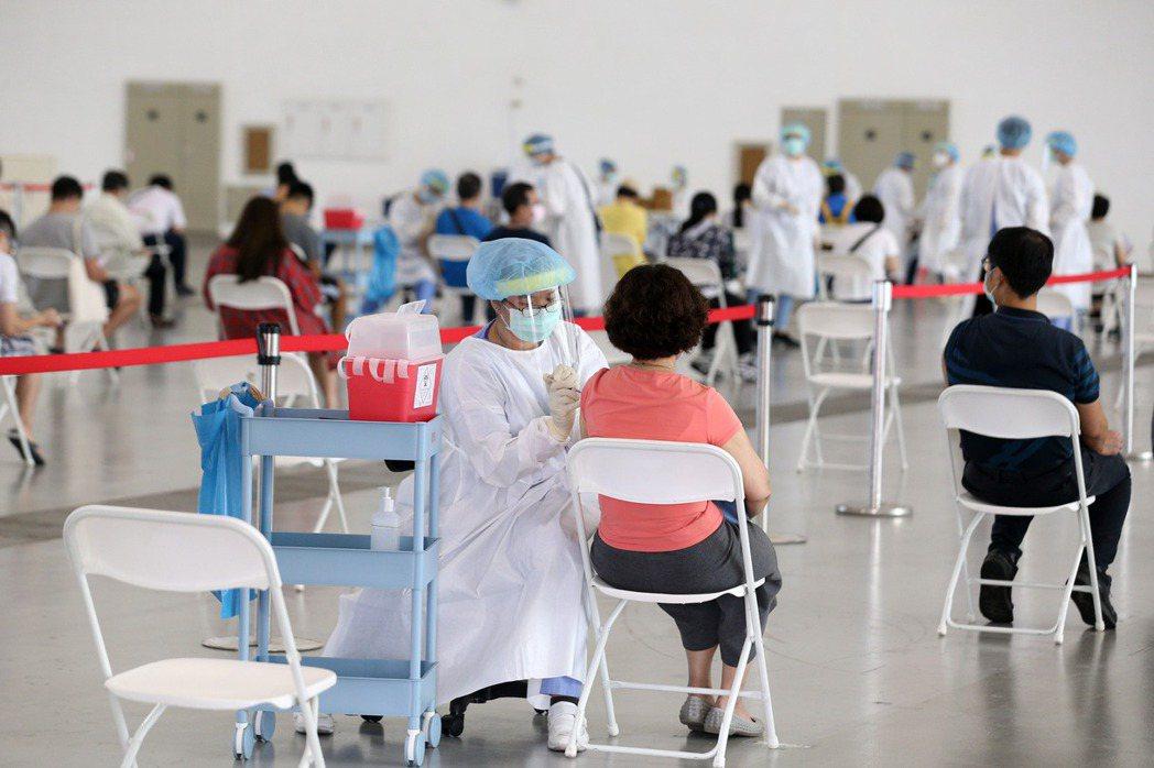 圖為高雄民眾接種疫苗。 圖/聯合報系資料照片