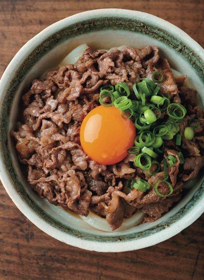 壽喜牛蛋拌烏龍麵。 圖/布克文化 提供