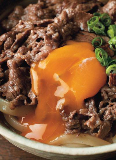 壽喜牛蛋拌烏龍麵,在熱騰騰的麵上打個蛋格外誘人。 圖/布克文化 提供