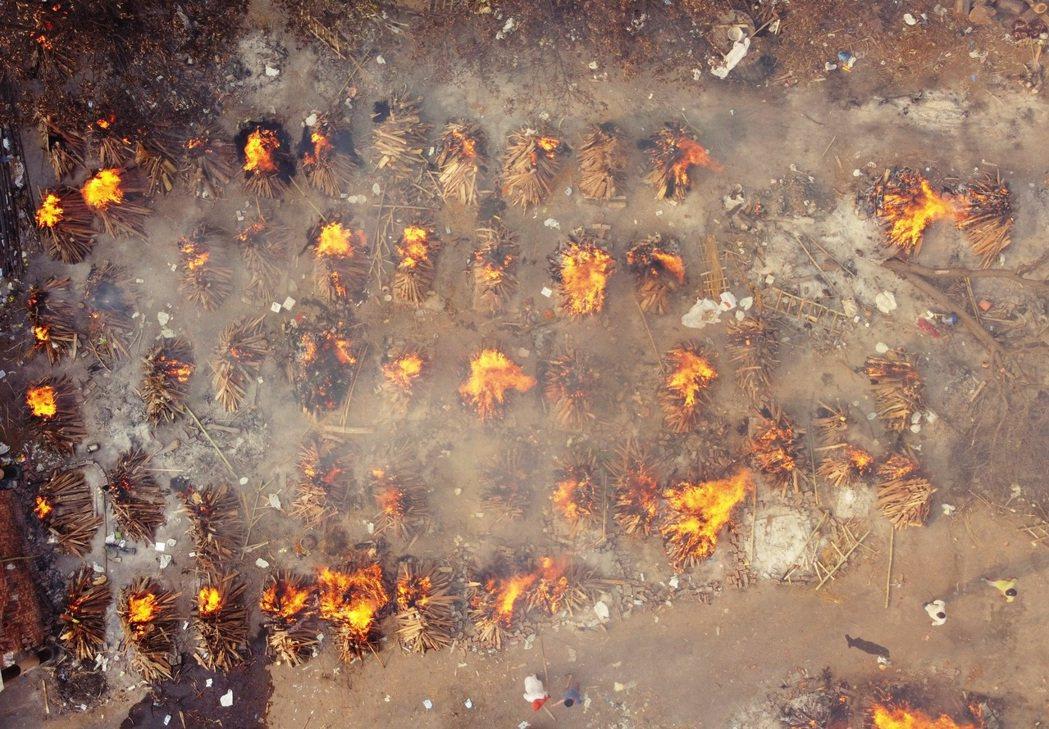 圖為印度露天火葬場示意圖。「不用再找了,你女兒已經死掉了。」T媽媽對火葬場神官的...