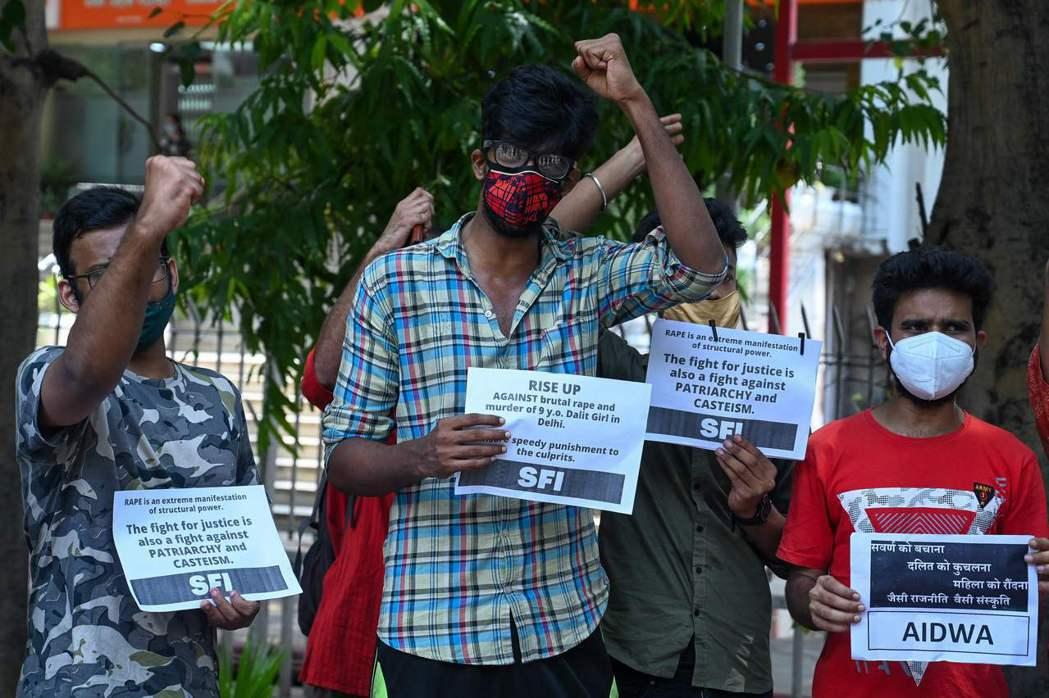印度學生聯合會 (SFI) 和全印度民主婦女協會 (AIDWA) 上街抗議T女童...