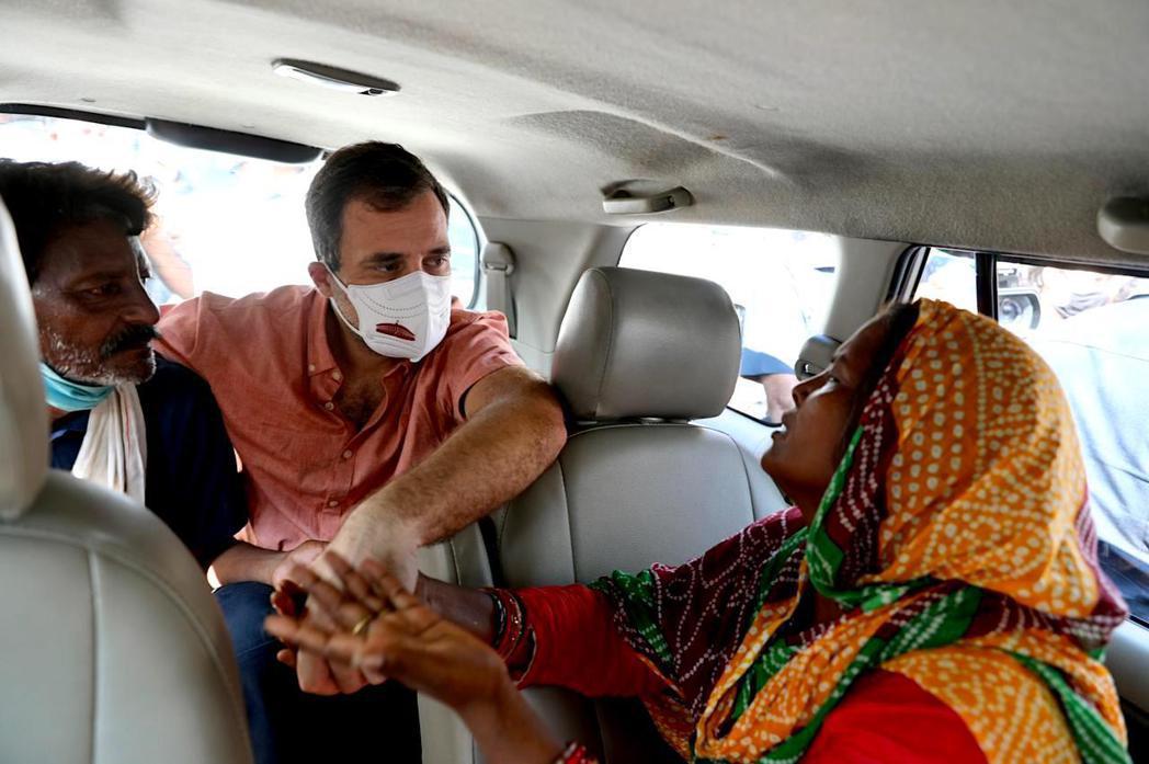 印度反對黨的大老拉胡爾.甘地(Rahul Gandhi,圖中),親自慰問女童T的...