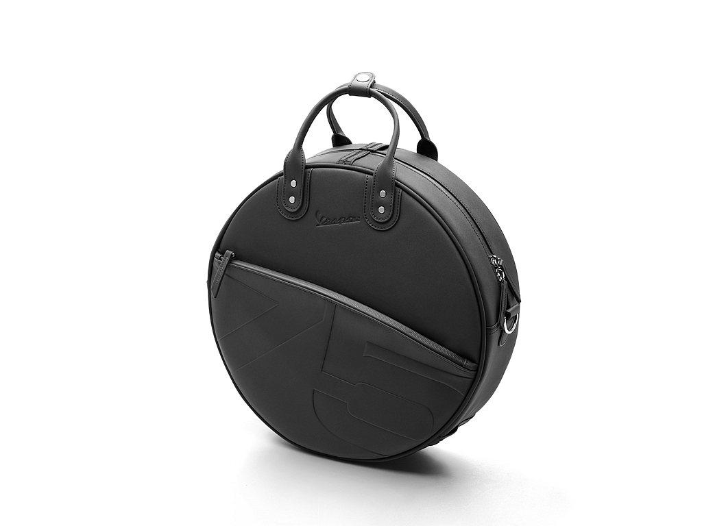 偉士牌75週年專屬備胎包,能快速安裝於標配鍍鉻後書包架上,並配有便於攜帶的肩背帶...