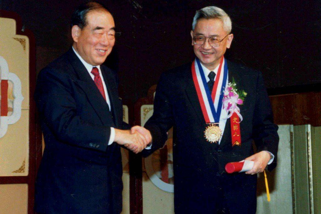 1991年,余英時獲頒行政院文化獎,與時任行政院院長郝柏村合照。 圖/聯合報系資料照
