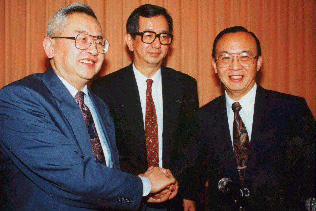 1993年12月,余英時(左)、李遠哲(中)、錢煦(右)被選為中央研究院第七任院長候補人。 圖/聯合報系資料照
