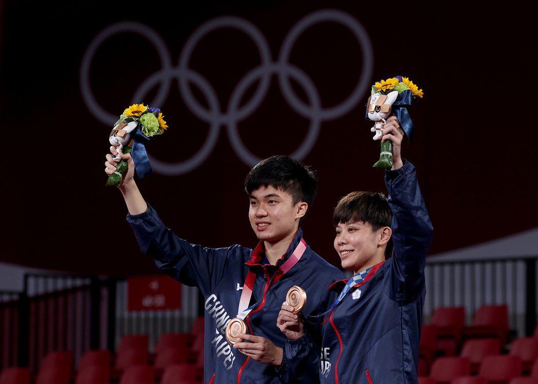 林昀儒(左)與鄭怡靜(右)在東京奧運混雙季軍戰以4:0橫掃法國對手,奪得銅牌。 圖/聯合報系資料照片