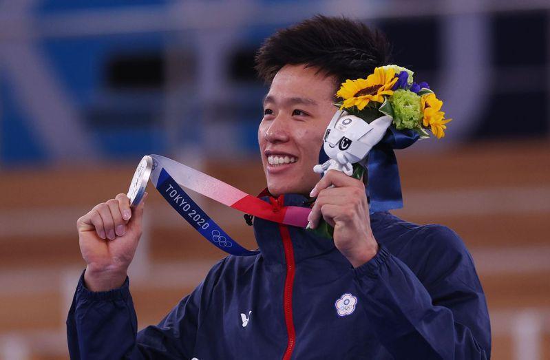 李智凱表示銀牌比想像中重,讓他也很意外。 路透社