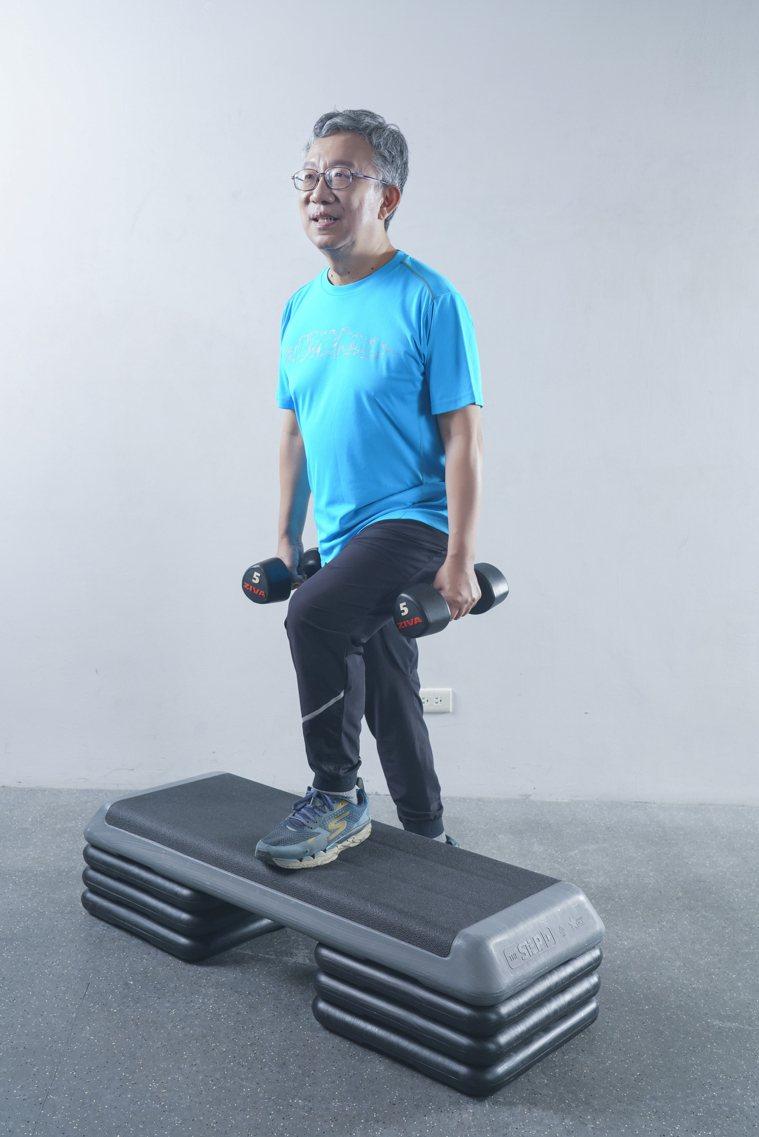 肌力訓練:弓箭步。 圖/《珍珍教練的40+50+60+增肌慢老重訓課》