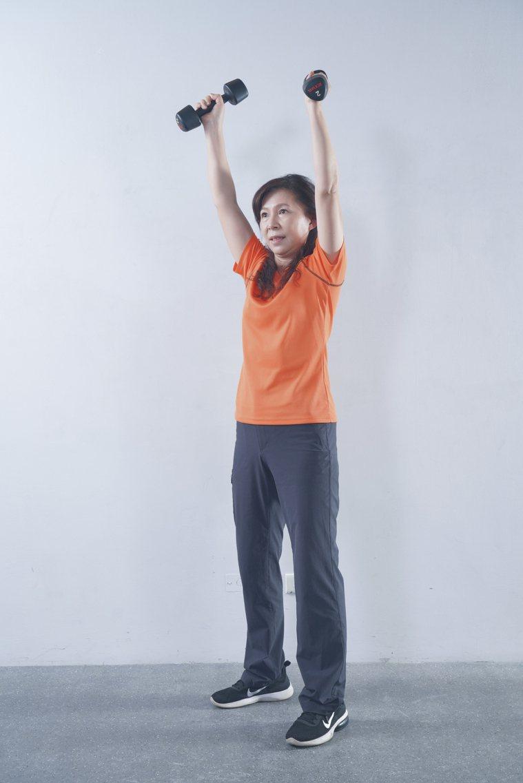 肌力訓練:啞鈴肩推。 圖/《珍珍教練的40+50+60+增肌慢老重訓課》
