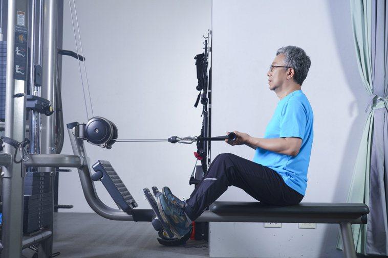 肌力訓練:坐姿划船。 圖/《珍珍教練的40+50+60+增肌慢老重訓課》