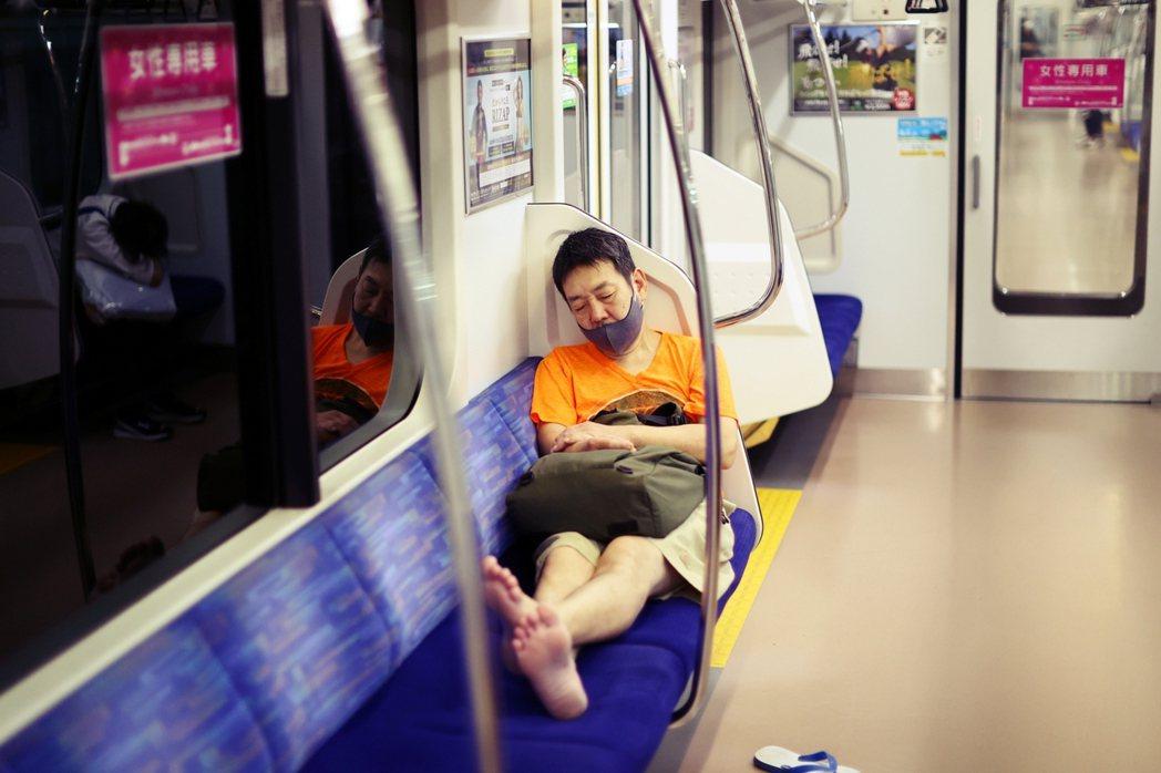 「請問自宅療養期間私自亂跑不防疫的人,該怎麼預防?」圖為橫濱地鐵車廂內,不戴好口...