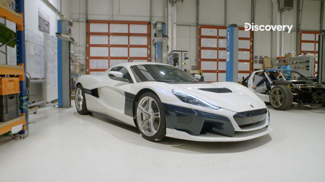 Lotus Evija突破既有的車型輪廓,加入了大量空力套件,營造前衛車體線條。...