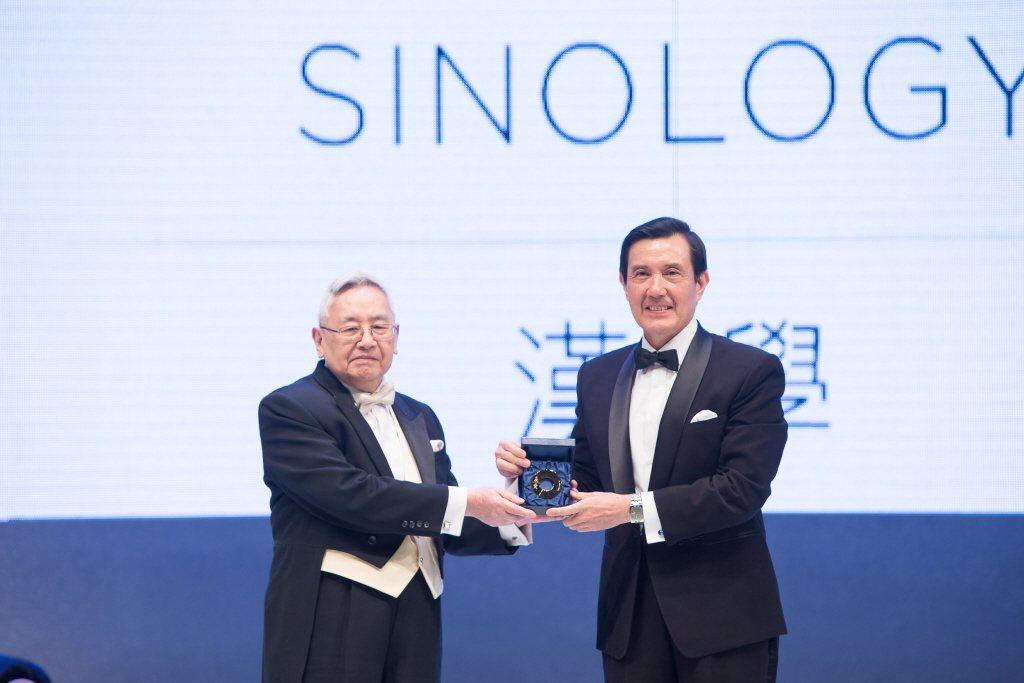 2014年,時任總統馬英九頒授唐獎獎章給漢學獎得主余英時(左)。 圖/唐獎基金會提供