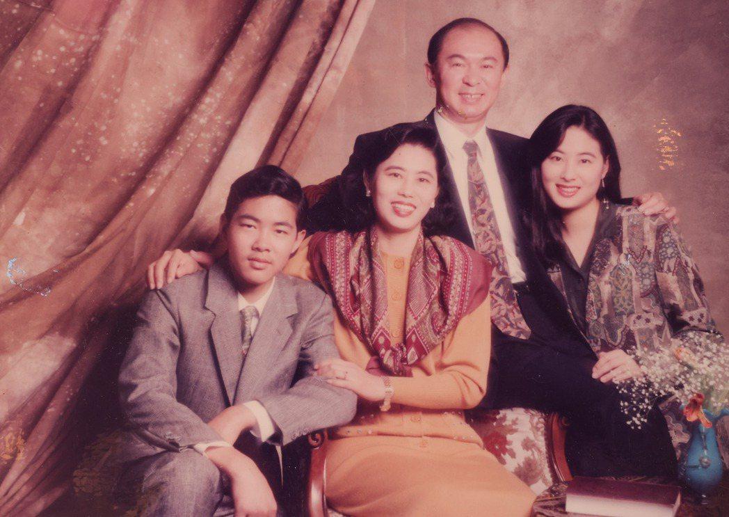 賈永婕(右)生在一個軍人4口小康之家。記者李政龍/翻攝