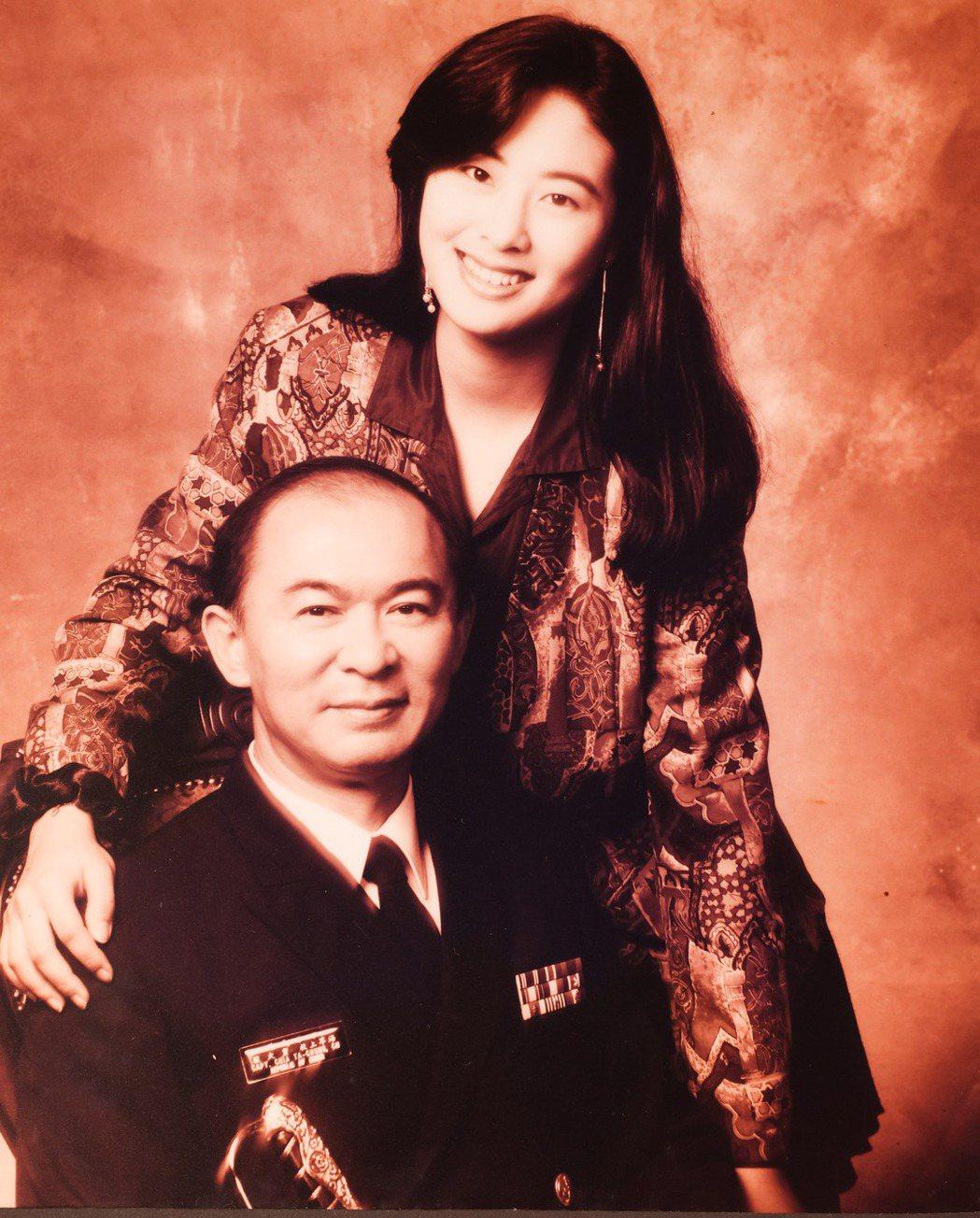賈永婕(右)和父親感情好,這些年不斷夢到他打電話回來。記者李政龍/翻攝