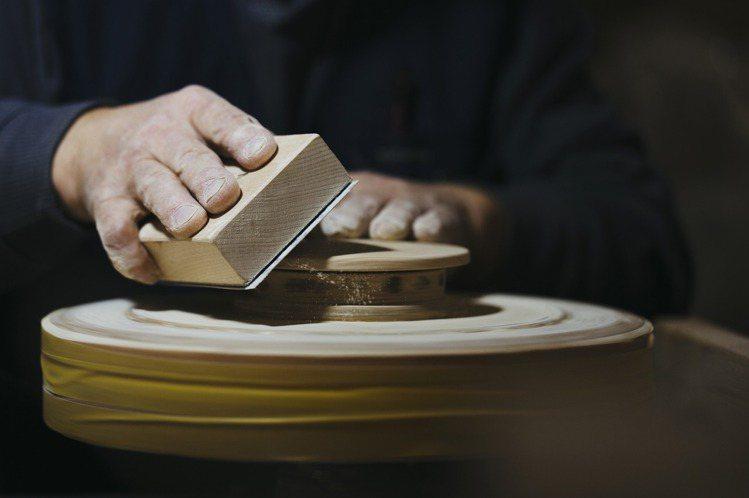 奧運獎牌盒材質為北海道水曲柳木,再透過工匠手工打造。圖/取自Twitter @s...