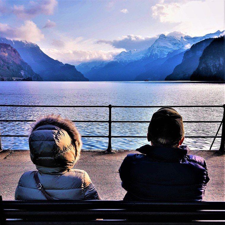 圖/2019初冬,新冠肺炎爆發前,作者夫婦遊瑞士布魯嫩湖,面對黃昏人生。Conn...