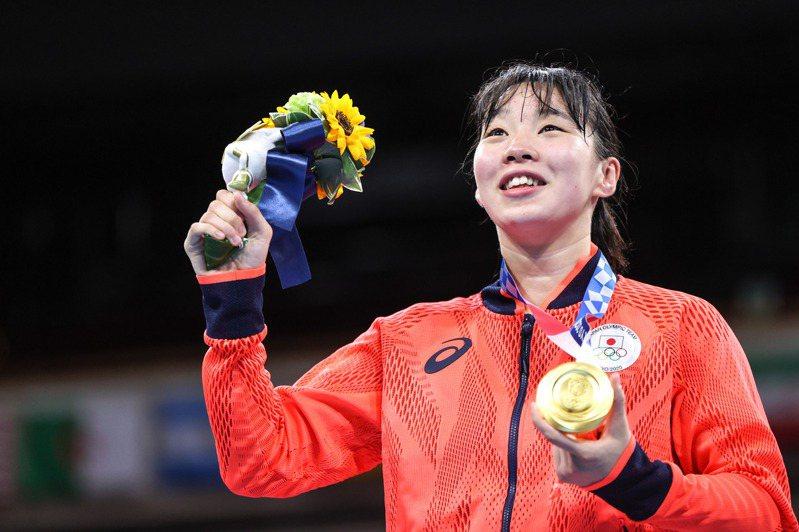 20歲的日本選手入江聖奈,在女子羽量級拳擊決賽,以5:0擊敗菲律賓選手,成功奪得金牌。 新華社