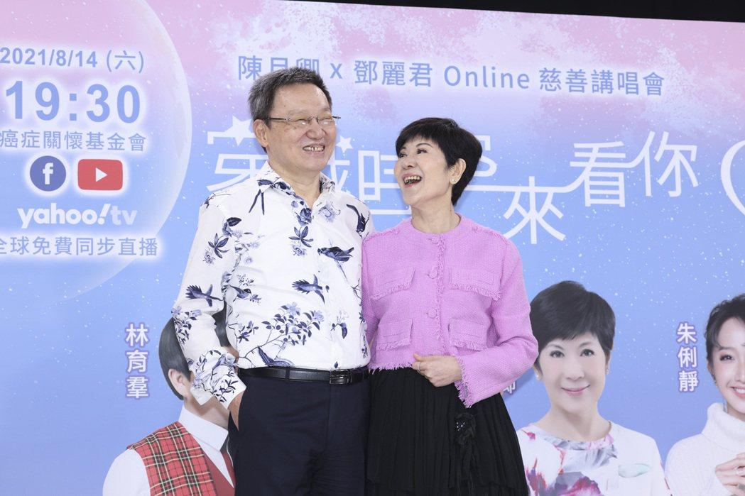 癌症關懷基金會董事長陳月卿(右)與老公蘇起合影。記者王聰賢/攝影
