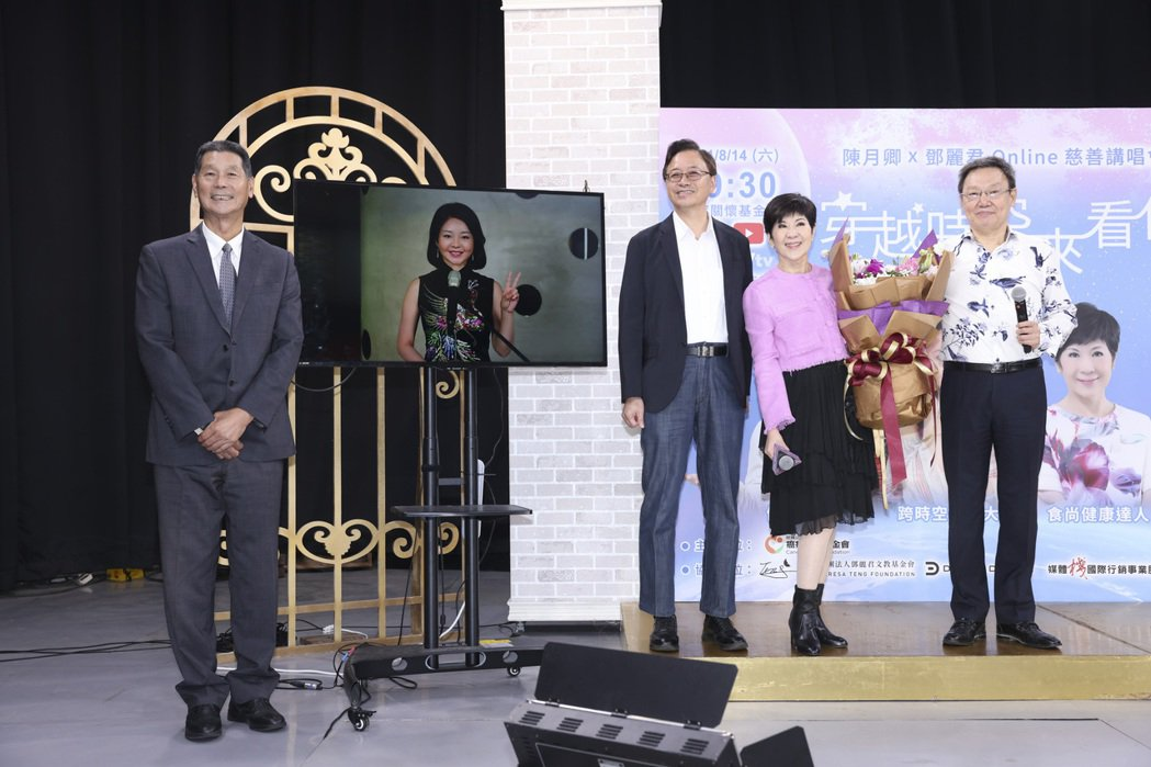 電視螢幕上由AI人工智慧打造出來的虛擬鄧麗君與來賓連線聊天。記者王聰賢/攝影