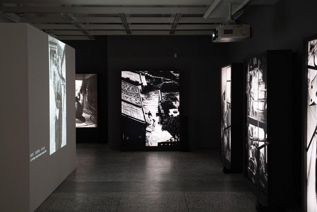 策展人黃建亮嘗試以靜態攝影原作與動態數位呈現平行展示及相互呼應。 圖/沈佩臻攝影